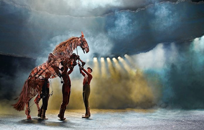 war-horse-at-new-london-theatre