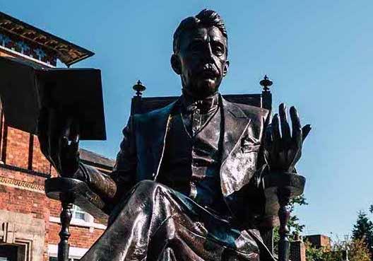 Arnold-Bennett-statue-Hanley